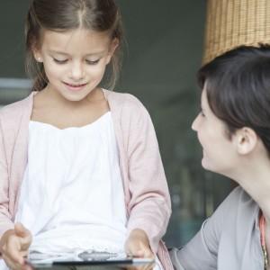 szuloi-felugyelet-gyermek-anya-internet-mobil-tablagep-tablet-Foto_AFP-e1438343722168