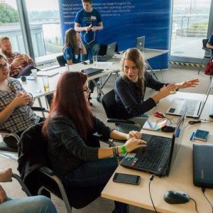 Gimnazista-lanyok-szamitogepes-jatekokat-programoznak-workshopon-a-Morgan-Stanley-onkenteseinek-segitsegevel_forras_-SkoolHungary