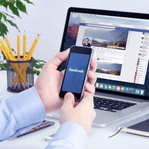 Stockphoto-EDITORIAL-facebook-munkahely-mobil-laptop